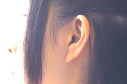 川村が見つめる絵菜の耳