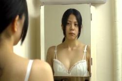 浴室の鏡で下着姿で自分を見つめる絵菜