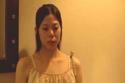 川村が母とひさしぶりに対面としているのを見ている絵菜