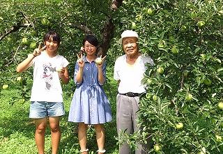 りんご園で我と2人の高校生