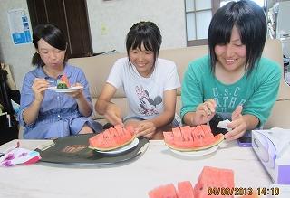 西瓜を食べています