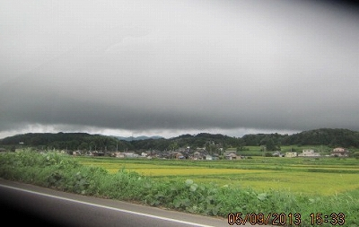 暗雲垂れて