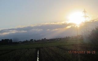 雲の峰に日が昇る