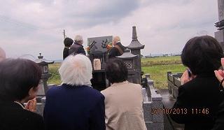 お墓の前で採用