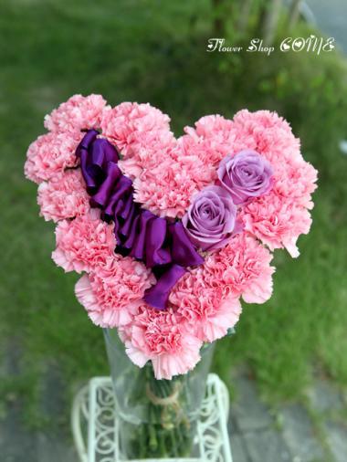 カーネーションとバラのハート型花束(ハートの花束)
