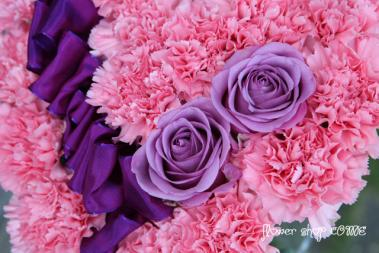 紫のバラとカーネーション ダヴィンチ社製のリボンを使用