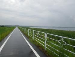 013放水路を通りさらに進みます、雨が・・