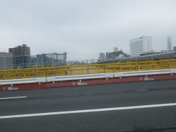 009見えにくいですが隅田川を渡ります