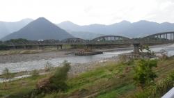 035千曲川沿いに面白い橋と形の良い山をパシャ