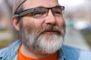 Googleが開発するメガネ型ウェアラブルコンピュータ「Google Glass」。写真は、開発チーム「Project Glass」のメンバーであるグレッグ・プリースト・ドーマン氏が度付きのGoogle Glassのプロトタイプをかけている様子(公式Google+に公開されたもの)