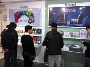 清明節連休2日目の2013年4月5日、上海の淮海中路にあるSony StoreのXperia展示コーナーで実機を試す客ら