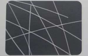 ClearOhmを塗布したフィルムの顕微鏡画像(左)。銀ナノワイヤーが格子状になっているのが分かる。どれほど絡み合っても、1本1本のナノワイヤーが細いので、光を透過するスペースは十分に確保できるという。