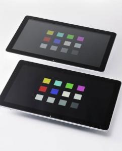 手前が新開発のカバー・ガラスを貼り合わせた液晶ディスプレイ。奥は空気層を持つ従来の液晶ディスプレイ(資料:旭硝子)