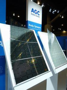 図2 厚さ02mmの超薄板ガラスを厚さ05mmの搬送用ガラス基板に乗せて実際にプロセス処理した積層基板。手前がCF基板、奥がTFT基板。共に、超薄板ガラスの搬送用ガラス基板から剥がす途中の状態。
