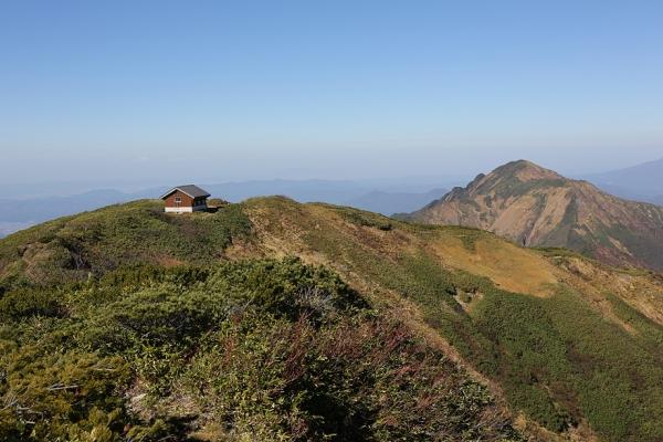 頂上から中ノ岳避難小屋を眺める