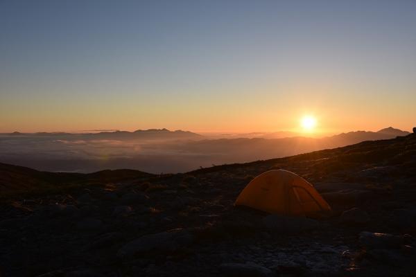 寝坊して朝日はテントから。