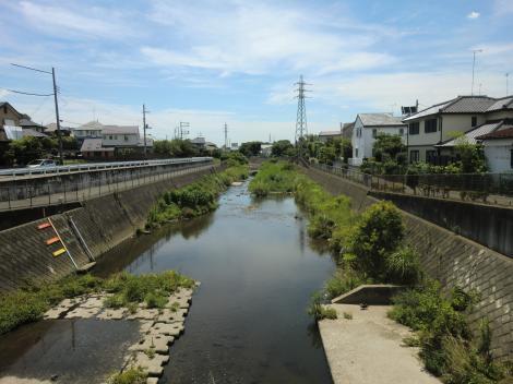 根岸橋より境川下流を望む