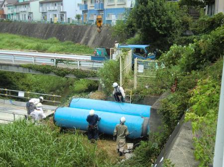 鳩川水管橋撤去工事・クレーンで吊上げ