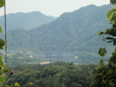 発電総合制御所前より城山ダムを望む
