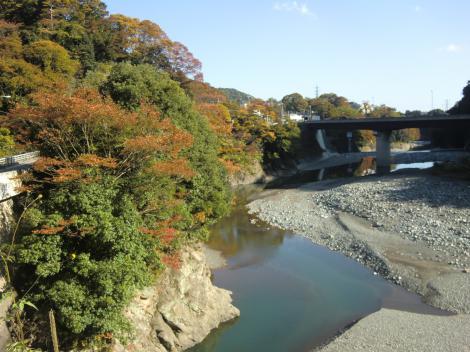 酒匂川の流れ・バス停二軒屋付近