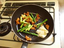 鶏皮とアスパラガスの塩炒め10