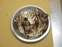 作り鶏皮とマイタケの塩炒め01