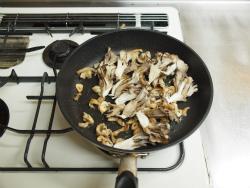 作り鶏皮とマイタケの塩炒め10