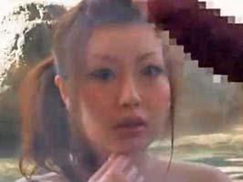 【盗撮】混浴で一緒になった美女に勃起チンポを見せてみたら…!