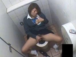 【盗撮オナニー】トイレでオシッコした後オナニー始めるドスケベJK