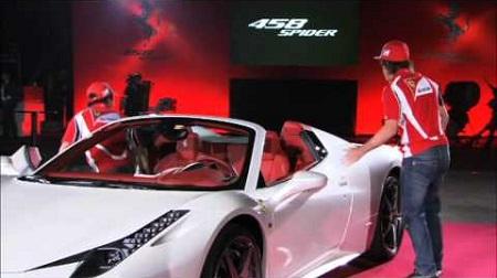 アロンソがフェラーリ458スパイダーに