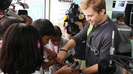 2013年F1第16戦 インド、ロズベルグが現地少年少女と