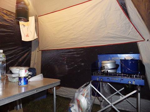 2013キャンプでタープの中