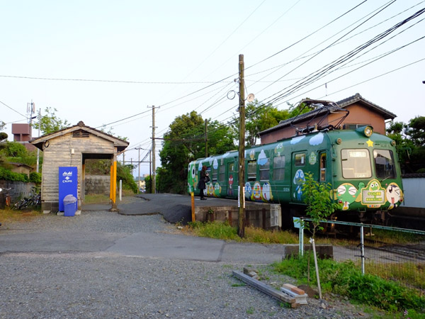 打越駅に接近する青ガエル。