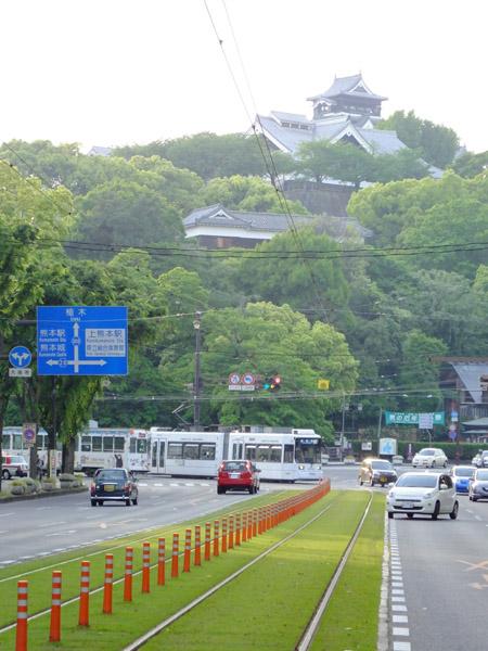 通町筋電停から熊本城の眺め。