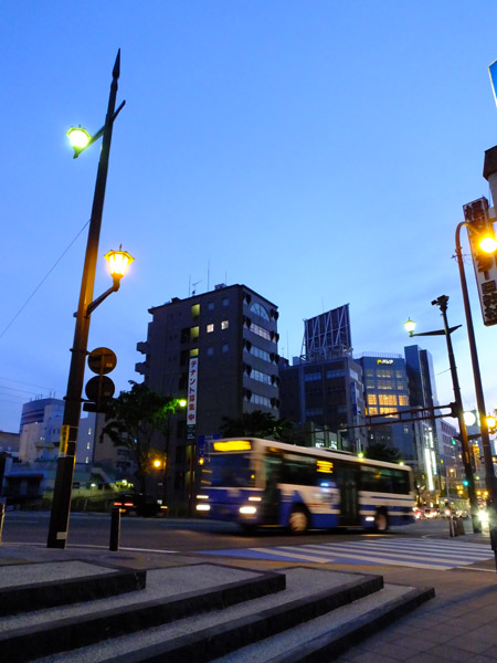 大甲橋に差し掛かる九州産交バス。
