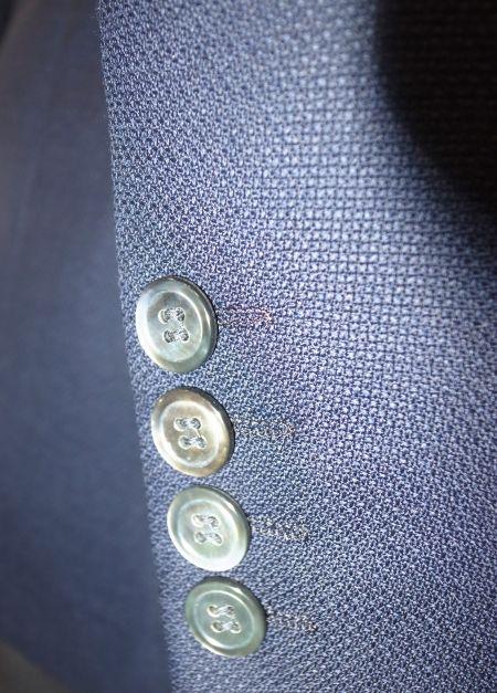 オーダージャケットの袖に貝ボタンをお付けしました