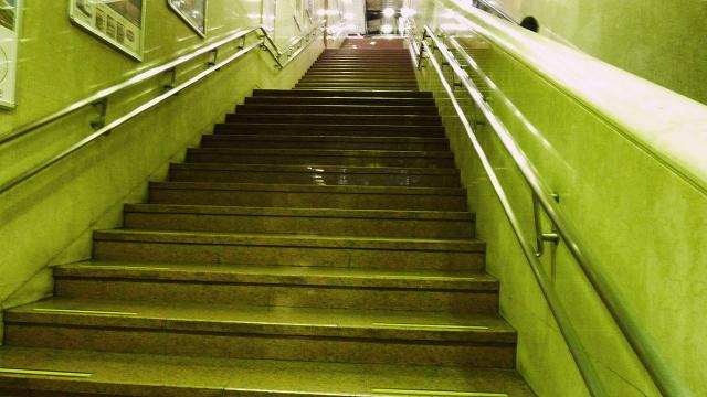 駅は階段ダッシュ
