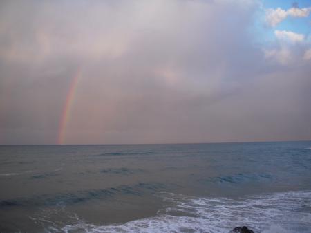 海から伸びる虹