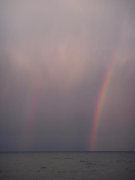 海から伸びる虹がふたつ