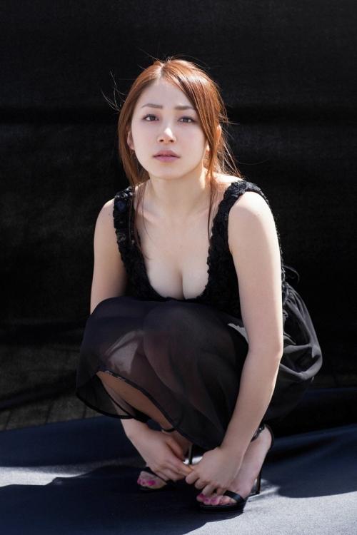 まるで熟女のように熟れた吉川友さん(21)の乳房をご覧ください。