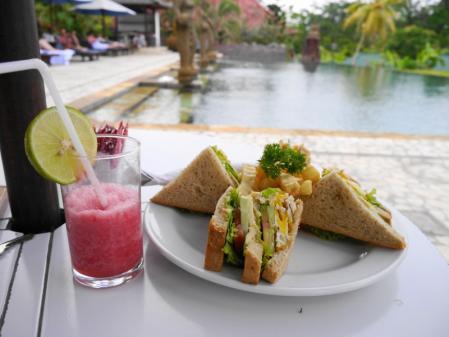 到着日の昼食クラブサンドイッチ