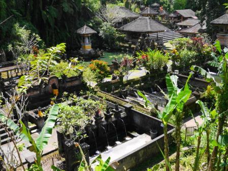 グヌン・カウィ・スパトゥ寺院