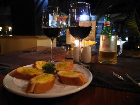 カフェディアーティスト ワインとガーリックブレッド