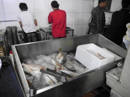 ワルンワポ 魚を選ぶ