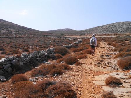 カテルゴビーチへの砂利道を歩く