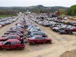 駐車場で車検を待っている車たち
