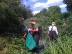 ジャングルを除草しながら掃除する私たち