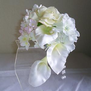カラーとローズとデルフィニュームの結婚式コサージュ