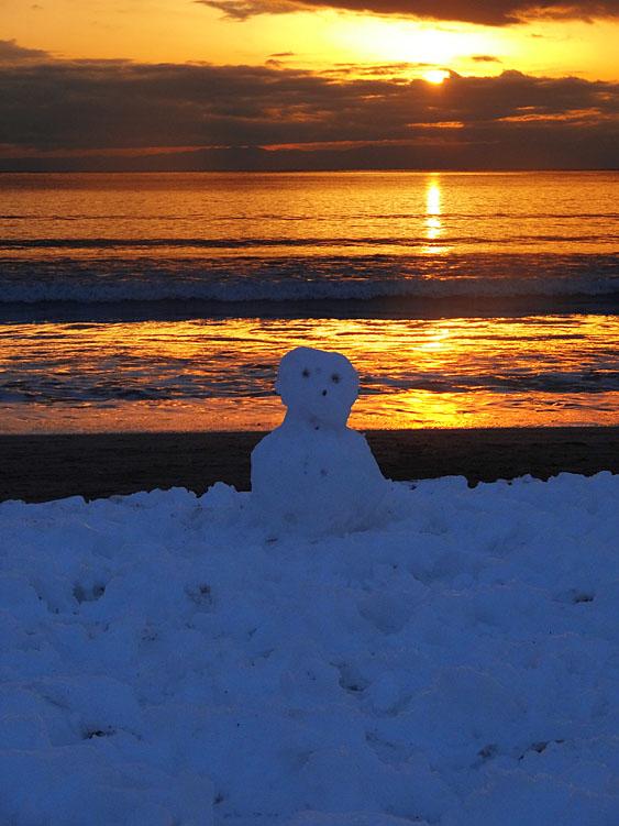 140209雪と夕映えの逗子海岸1