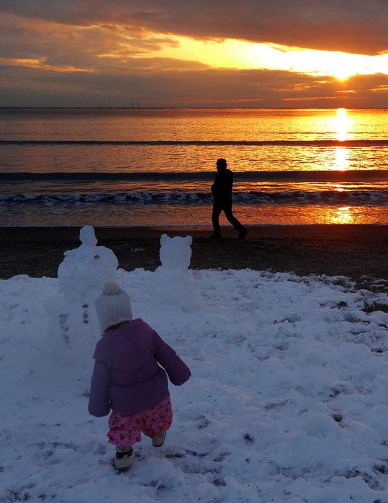 140209雪と夕映えの逗子海岸3